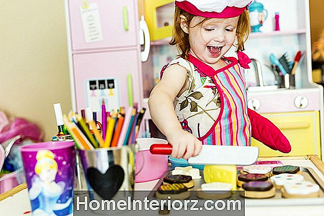 Little Girl Cooking i Toy Kitchen