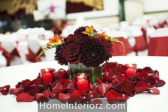 Burgundy Rose og Dahlia Wedding Centerpiece