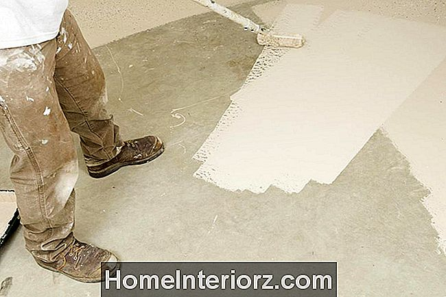 Painter Rolling Epoxy Paint betoonpõrandal