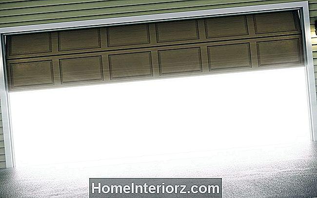 что делать когда открывается открывающий гараж для дверей